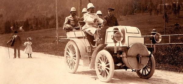 Emil Jellinek za øidítky závodního Dailmeru Phoenix 16HP, 27 srpna 1899, výtìz ve tøídì