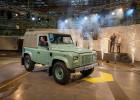 poslední vyrobený Land Rover Defender odkazující na nejstarší dochovaný model HUE 166